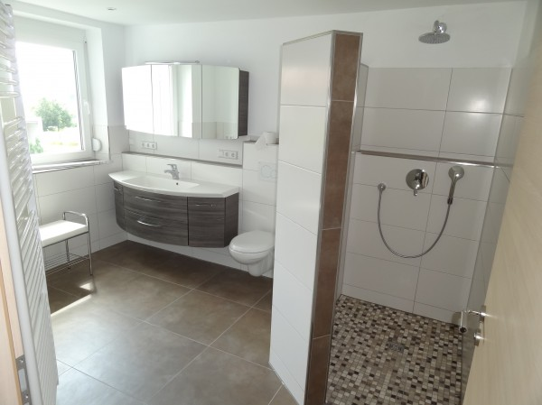 begehbare dusche mit sitzbank: ebenerdige und bodengleiche duschen, Badezimmer